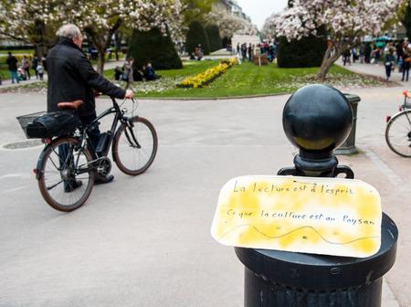 conflictos sociales: Estrasburgo, Francia - ABR 9, 2016: Manifestaci�n palcards en la entrada de la Place de la R�publique 'Nuit Debout' o movimiento 'noche de pie' en la centerof Estrasburgo, Francia