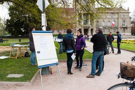 """conflictos sociales: Estrasburgo, Francia - ABR 9, 2016: rotafolio con el texto revolucionario 'Nuit Debout """"o"""" pie la noche """"movimiento en la Plaza de la Rep�blica en Estrasburgo"""