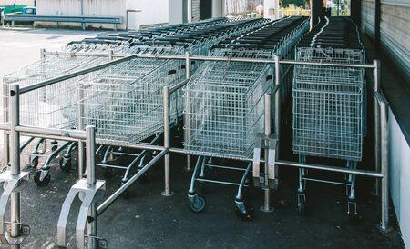 carretilla de mano: carritos de la compra en múltiples supermercado o hipermercado de estacionamiento espera para los clientes