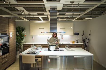PARIJS, FRANKRIJK - 12 april 2016: Vrouw die moderne keuken meubels en keukenapparatuur in het moderne IKEA shopping meubelboulevard in Parijs