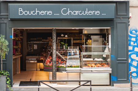 charcutería: PARIS, FRANCIA - 18 de agosto de 2014: Boucherie y charcutería que significa Butcher y Chartcuterie en el centro de París, Francia Editorial