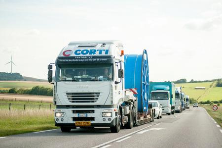 ciężarówka: FRANCJA, 11 lipca 2011: Convoi Exceptionnel - Ciężarówka transportowa Specjalna jazdy na francuskiej drogi specjalny ładunek kablową z korku za