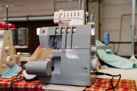 maquinas de coser: Estrasburgo, Francia - ABR 24 de, 2016: m�quinas de coser Singer en el mercado tradicional de cubierta textil con varios colores y texturas diferentes