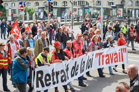 conflictos sociales: Estrasburgo, Francia - 19 de mayo, 2016: La gente que camina con pancartas durante unas manifestaciones contra la reforma del derecho laboral y de empleo propuesta del gobierno franc�s