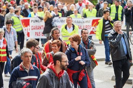 conflictos sociales: Estrasburgo, Francia - 19 de mayo, 2016: La gente que camina con pancartas durante unas manifestaciones contra la reforma del derecho laboral y de empleo propuesta del gobierno francés