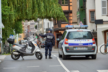 conflictos sociales: STRASBOURG, FRANCE - MAY 19, 2016: Frenc police officer securing roate during a demonstrations against proposed French governments labor and employment law reform