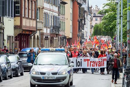 conflictos sociales: Estrasburgo, Francia - 19 de mayo, 2016: Cerrada calle central como demostraciones que marchan contra la reforma de la ley laboral y de empleo propuesta del gobierno francés