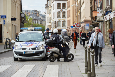 conflictos sociales: STRASBOURG, FRANCE - MAY 19, 2016: Police surveilling protest during a demonstrations against proposed French governments labor and employment law reform Editorial