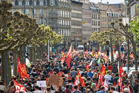 conflictos sociales: Estrasburgo, Francia - 19 de mayo, 2016: Vista en perspectiva de multitud en Plaza Broglie durante unas manifestaciones contra la reforma del derecho laboral y de empleo propuesta del gobierno francés