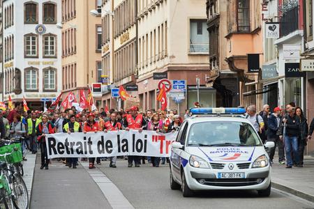 conflictos sociales: Estrasburgo, Francia - 19 de mayo, 2016: Retiro de reforma laboral durante un cartel manifestaciones contra la reforma del derecho laboral y de empleo propuesta del gobierno franc�s