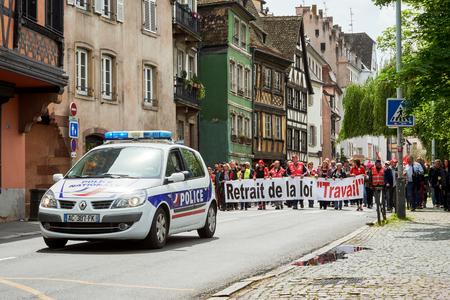 conflictos sociales: Estrasburgo, Francia - 19 de mayo, 2016: Cerrada calle central como demostraciones que marchan contra la reforma de la ley laboral y de empleo propuesta del gobierno franc�s