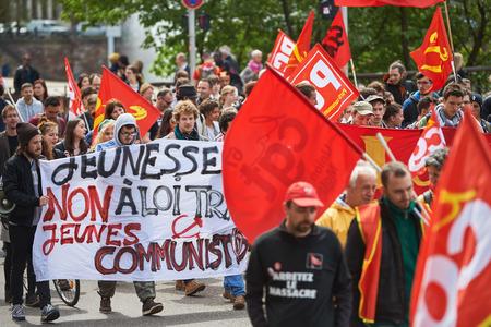 conflictos sociales: Estrasburgo, Francia - 19 de mayo, 2016: Grupo de personas que youg con el rostro cubierto con pancartas a pie con una multitud durante las manifestaciones contra la reforma del derecho laboral y de empleo propuesta del gobierno francés