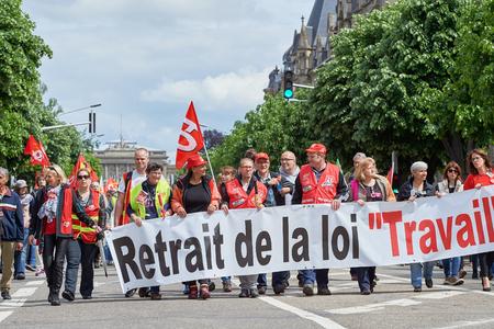 social conflicts: Estrasburgo, Francia - 19 de mayo, 2016: m�s de mil en la avenida de la Libert� durante unas manifestaciones contra la reforma del derecho laboral y de empleo propuesta del gobierno franc�s