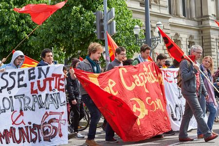 conflictos sociales: Estrasburgo, Francia - 19 de mayo, 2016: Joven decir no a baja cartel de trabajo durante unas manifestaciones contra la reforma del derecho laboral y de empleo propuesta del gobierno francés
