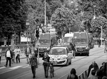 conflictos sociales: STRASBOURG, FRANCE - MAY 19, 2016: Elevated view of row of police vans surveilling protest against proposed French governments labor and employment law reform Editorial
