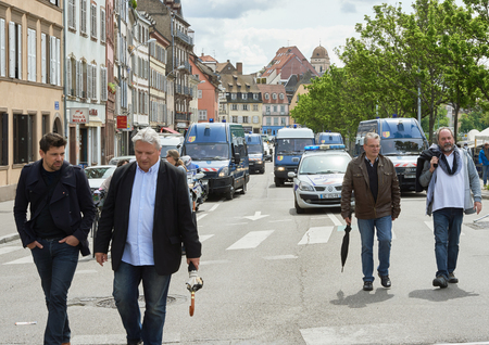 social conflicts: Estrasburgo, Francia - 19 de mayo, 2016: furgonetas de la polic�a sruveilling manifestaciones contra la reforma del derecho laboral y de empleo propuesta del gobierno franc�s