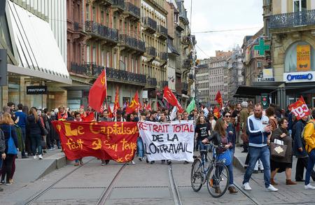conflictos sociales: Estrasburgo, Francia - 19 de mayo, 2016: Los manifestantes que bloquean líneas de tranvía en el centro de Estrasburgo durante las manifestaciones contra una reforma de la legislación laboral y de empleo propuesta del gobierno francés