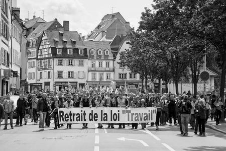 conflictos sociales: Estrasburgo, Francia - 19 de mayo, 2016: Retiro de reforma laboral durante un cartel manifestaciones contra la reforma del derecho laboral y de empleo propuesta del gobierno francés