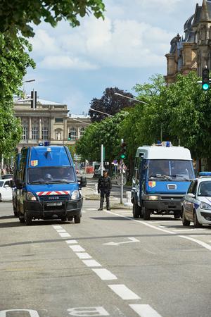 conflictos sociales: Estrasburgo, Francia - 19 de mayo, 2016: La policía van bulevar de cierre en las manifestaciones contra la reforma de la legislación laboral y de empleo propuesta del gobierno francés