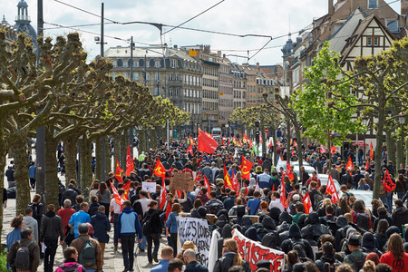 conflictos sociales: STRASBOURG, FRANCE - MAY 19, 2016: Perspective view of crowd on Place Broglie during a demonstrations against proposed French governments labor and employment law reform Editorial