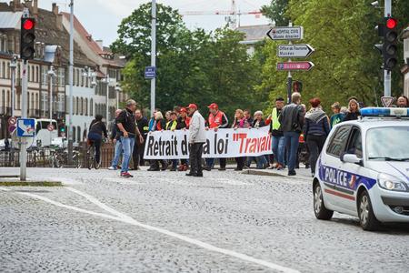 conflictos sociales: Estrasburgo, Francia - 19 de mayo, 2016: Las personas que marchan en las calles centrales cerradas en Estrasburgo vali� la pena se retire la reforma laboral pancarta durante una manifestaci�n contra la reforma de la legislaci�n laboral y de empleo propuesta del gobierno franc�s Editorial