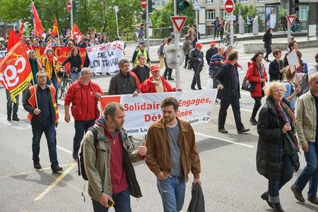 conflictos sociales: Estrasburgo, Francia - 19 de mayo, 2016: Las personas con pancartas anti-laboor durante unas manifestaciones contra la reforma del derecho laboral y de empleo propuesta del gobierno franc�s Editorial