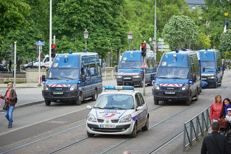 conflictos sociales: Estrasburgo, Francia - 19 de mayo, 2016: vista de la fila de furgones policiales vigilando protesta contra Elevado propuesta reforma de la legislación laboral y de empleo del gobierno francés Editorial