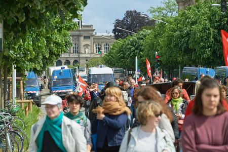 conflictos sociales: Estrasburgo, Francia - 19 de mayo, 2016: multitud con pancartas en la calle cerrada durante unas manifestaciones contra la reforma del derecho laboral y de empleo propuesta del gobierno francés