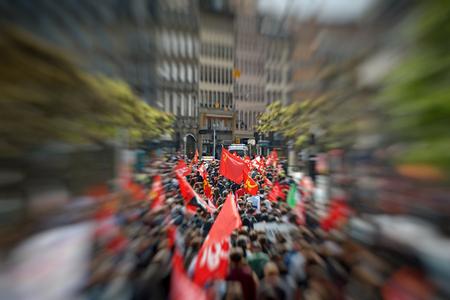 conflictos sociales: Estrasburgo, Francia - 19 de mayo, 2016: alejamiento de la bandera comunista Plaza Broglie durante unas manifestaciones contra la reforma del derecho laboral y de empleo propuesta del gobierno francés Editorial