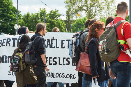 conflictos sociales: STRASBOURG, FRANCE - MAY 19, 2016: Crowd with placards on closed street during a demonstrations against proposed French governments labor and employment law reform Editorial