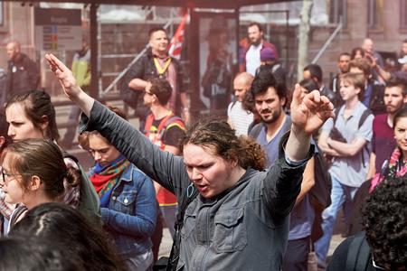 conflictos sociales: Estrasburgo, Francia - 19 de mayo, 2016: Hombre francés jóvenes que celebran con las manos rised durante unas manifestaciones contra la reforma del derecho laboral y de empleo propuesta del gobierno francés Editorial