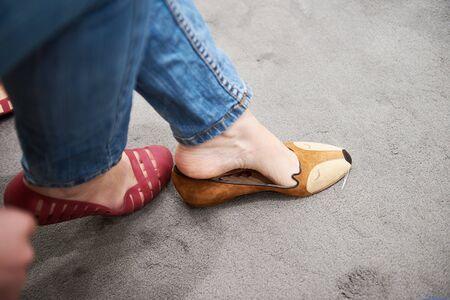 buying shoes: Mujer que compra los zapatos con los ratones del rat�n de la cara linda