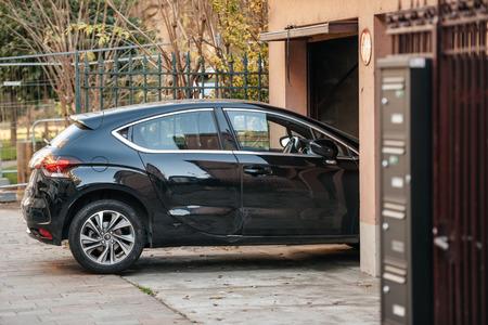 Detail van een auto invoeren garagedeur