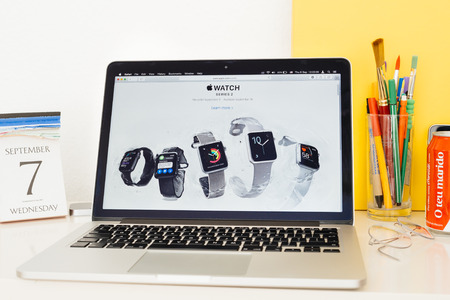 gamme de produit: PARIS, FRANCE - SEP 8, 2016: Apple Computers website on MacBook Pro Retina in a geek creative room environment showcasing new Apple Watch Series 2 range product