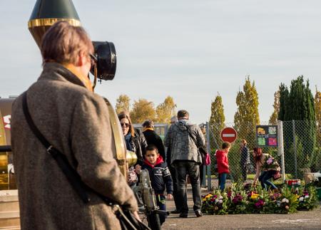 STRASBOURG, FRANCE - 4 novembre 2016: Familles enetering cimetière pour la Toussaint Toussaint. Fleurs (en particulier Chrysanthèmes), ou des couronnes appelés «couronnes de Toussaints» sont placés à chaque tombe ou tombe. Le lendemain, le 2 Novembre (Da All Souls