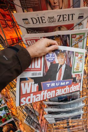 democracia: PARIS, FRANCIA - 10 de noviembre, 2016: compra del hombre periódico alemán Bild con el título titular impactante en el kiosco de prensa sobre el presidente de Estados Unidos Elecciones - Donald Trump es el 45.o Presidente de los Estados Unidos de América