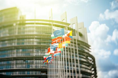 Vlaggen in de voorkant van het Europees Parlement, vlaggen in de voorkant van het Europees Parlement, Straatsburg, Elzas, Frankrijk. Tilt shift lens gebruikt om accent van de vlaggen s en sublieme gestemde filter aangevraagd natuurlijker effect