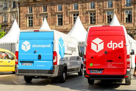Strasburgo; FRANCIA - 24 GIUGNO; 2016: furgoni di consegna CHRONOPOST, DPD e La Poste nel centro della città. Chronopost e DPD fanno parte del gruppo francese La poste