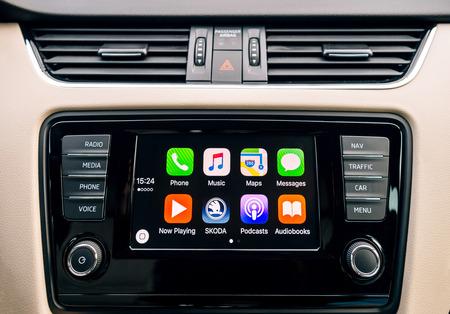 現代の車のダッシュ ボードにパリ, フランス - 2016 年 12 月 13 日: アップル CarPlay メイン画面。CarPlay、カーラジオやディスプレイと iPhone のコント ローラー ヘッド ユニットを可能にする Apple 標準です。それはすべての iPhone 5 で利用できると後で少なくとも iOS 7