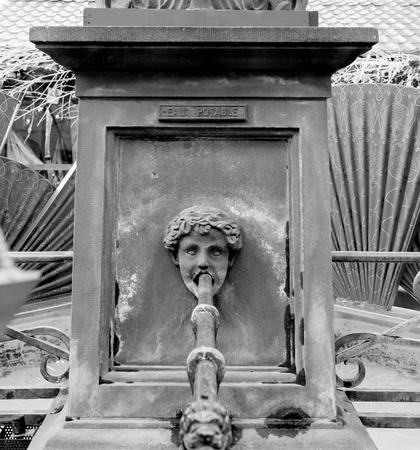fontaine d'eau ancienne à Mulhouse, France Place de la réunion avec inscription française Eau potable comme Translating eau potable