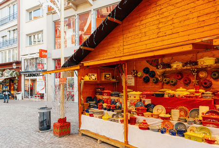 motivos navideños: MULHOUSE, FRANCE - DEC 12, 2016: Vintage market stall selling traditional French Alsace Cookware on the streets of Mulhouse during Christmas Market