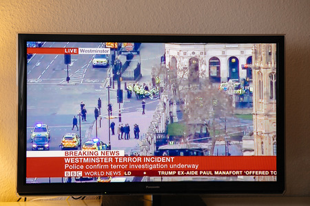 PARÍS, FRANCIA - 22 DE MARZO: Canal de noticias de BBC que divulga vivo del puente de Westminster después del incidente armado el 22 de marzo de 2017 en Londres, Inglaterra. Un oficial de policía ha sido apuñalado cerca del Parlamento británico y el presunto agresor disparó por arme Foto de archivo - 74194604