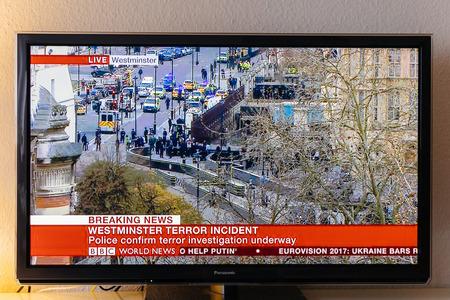 PARÍS, FRANCIA - 22 DE MARZO: Canal de noticias de BBC que divulga vivo del puente de Westminster después del incidente armado el 22 de marzo de 2017 en Londres, Inglaterra. Un oficial de policía ha sido apuñalado cerca del Parlamento británico y el presunto agresor disparó por arme Foto de archivo - 74194646