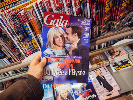 tributos: PARIS, FRANCE - MAY 15, 2017: Man buys Gala magazine with Emmanuel Macron and his wife Brigitte Trogneux during handover ceremony presidential inauguration of the newly elected French President Emmanuel Macron in Paris, France Editorial