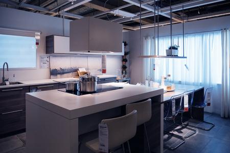 PARIJS, FRANKRIJK - OCT 21, 2016: Het meubilair en de keukentoestellen van de luxekeuken in de moderne IKEA-winkelcomplexwandelgalerij in Parijs Redactioneel