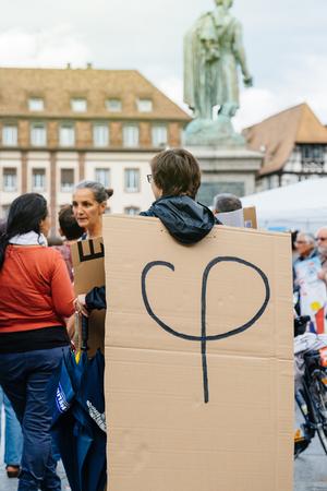 STRASSBURG, FRANKREICH - 12. JULI 2017: Phi-Logo von Melenchon auf Pappe auf Protestierendern in der Stadt am Protest gegen Macron-Regierungsausgabenschnitte und pro-geschäftliche Steuer- und Arbeitsreformen