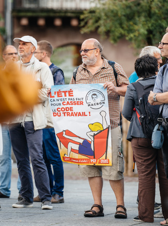 gewerkschaft: STRASBOURG, FRANKREICH - 12. JULI 2017: Älterer Mann mit Schild in Place Kleber als Melenchon forderte den Tag des Protestes gegen Macron Regierung Ausgabenkürzungen und Pro-Business Steuern und Arbeitsreformen
