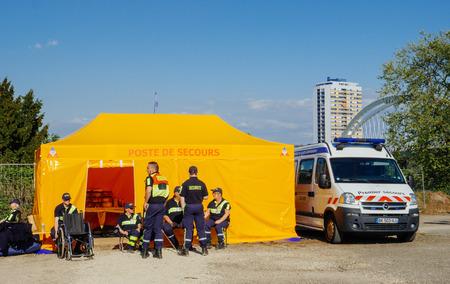 ストラスブール, フランス - 2017 年 4 月 28 日: プレミア スクール - 近くの公共オープン スペース イベント ゾーンを調査安全労働者街に応急バン 報道画像