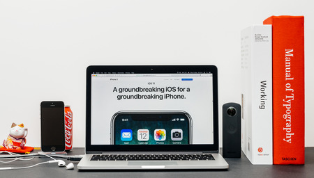PARIJS, FRANKRIJK - 3 SEP 2017: Minimalistische creatieve kamertafel met Safari Browser open op MacPook Pro-laptop met presentatie van de Apple Computers-website met de nieuwste iPhone X 10 met baanbrekende ios
