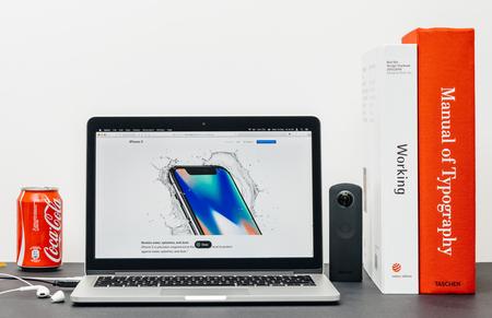 PARIJS, FRANKRIJK - 3 SEP 2017: Minimalistische creatieve kamermeubel met Safari-browser open op MacPook Pro-laptop met presentatie van de Apple Computers-website met de nieuwste iPhone X 10 met verbeterde waterdichte mogelijkheden